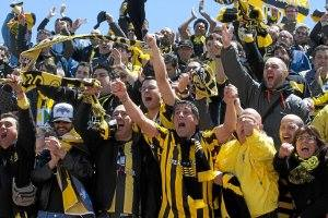 La afición del Baraka celebrando el 0-2 en Parla en la ida de los 1/4 final de la promoción de ascenso a 2ªB. Temporada 2011/2012.