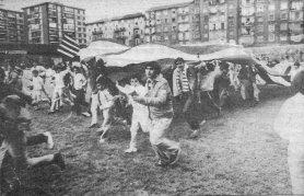 """Los jóvenes de la """"Peña Peñarol"""" pasean la bandera por el césped celebrando el subcampeonato"""