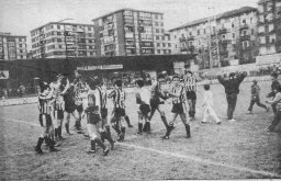 Felicitados por los del Ortuella, los jugadores del Barakaldo se despidieron de su afición desde el centro del campo.