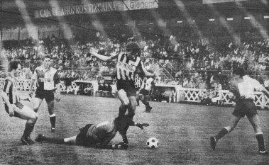 Isidoro Intenta batir al meta del Ortuella, Eguiguren a su derecha ratificó con dos goles el pichichi de la categoría