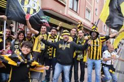 El Baracaldo se juega contra el Lleida el ascenso a segunda división.En la imagen aficionados de ambos clubes animan las calles. FOTO LUIS ANGEL GÓMEZ. FOTO LUIS ANGEL GÓMEZ.